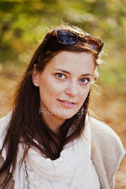 Bella giovane donna nella foresta — Foto stock