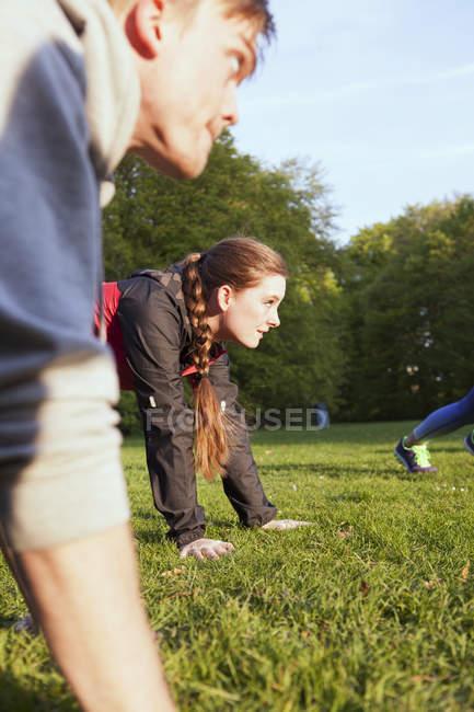 Homem e mulher fazendo flexões — Fotografia de Stock