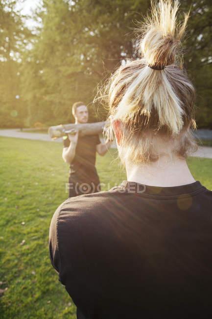 Молодые люди, осуществляющие в парке — стоковое фото