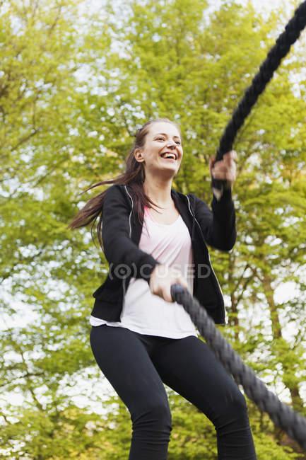 Femme heureuse faisant de la formation de corde — Photo de stock