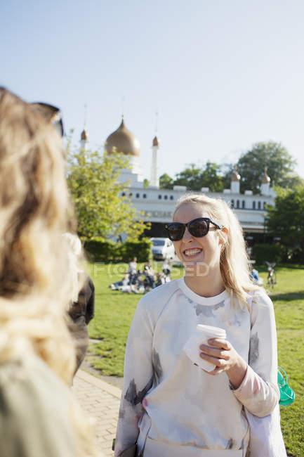 Mulher de pé com amigo — Fotografia de Stock