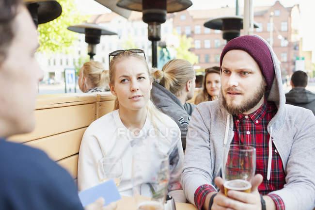Mann schaut Freund an — Stockfoto