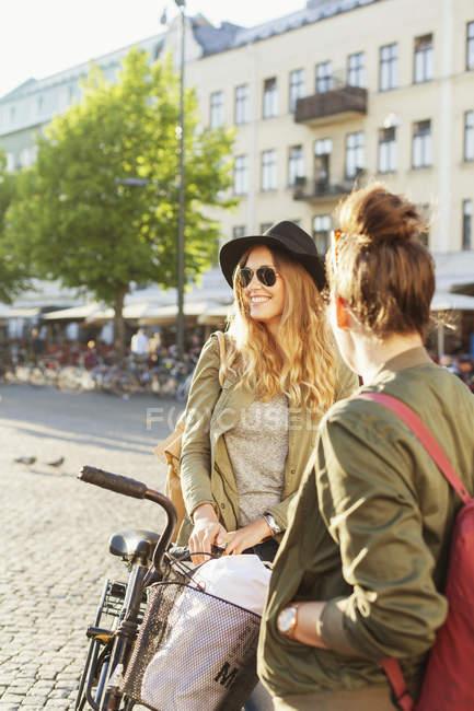 Frauen mit Fahrrad stehen auf der Straße — Stockfoto