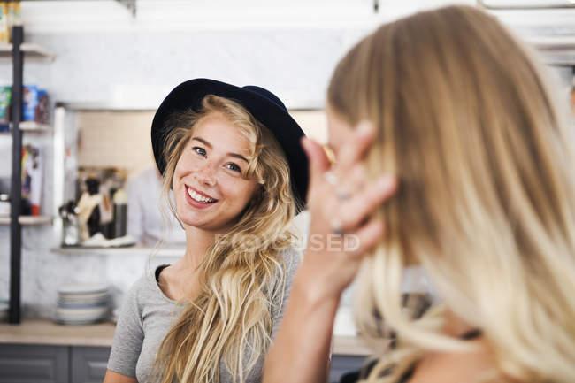 Mujeres jóvenes en el restaurante - foto de stock