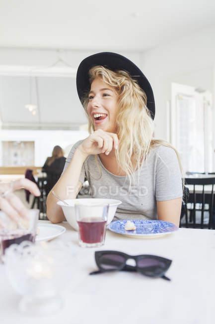 Mulher alegre no restaurante — Fotografia de Stock