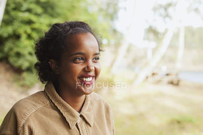 Молодая женщина улыбается — стоковое фото