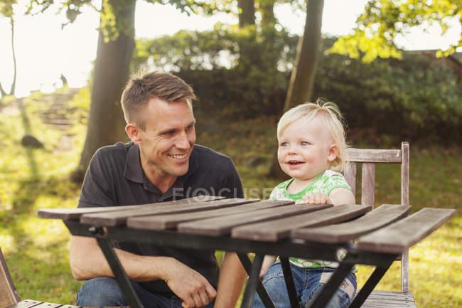 Heureux homme regardant son fils — Photo de stock