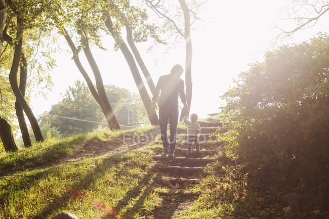 Père et fille debout sur les marches — Photo de stock