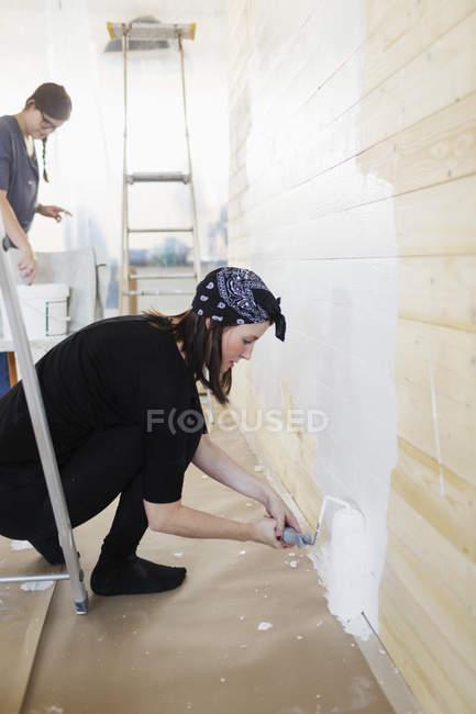 Woman painting wall — Stock Photo