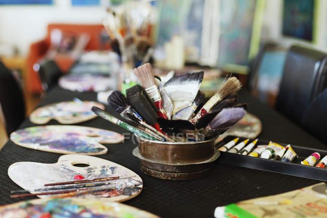 Ferramentas de pintura na mesa — Fotografia de Stock