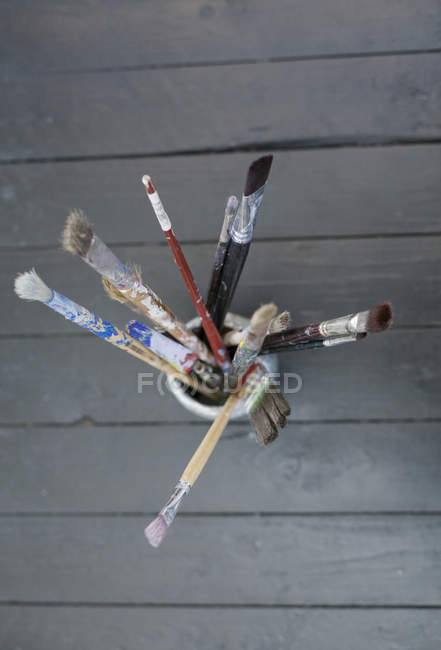 Pincéis de pintura em recipiente — Fotografia de Stock