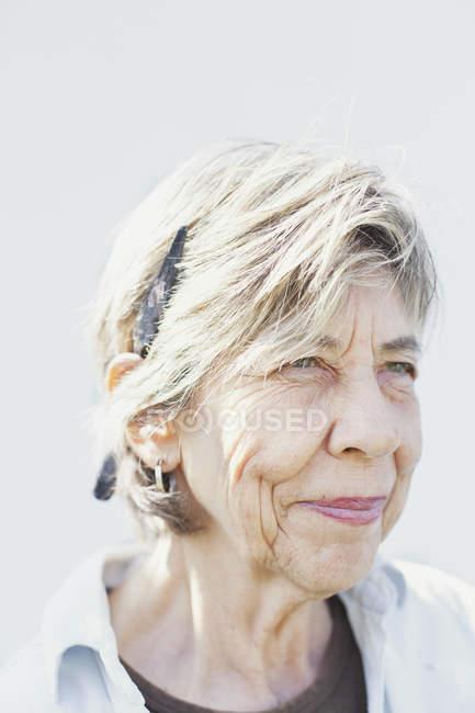 Sorridente anziana artista femminile — Foto stock