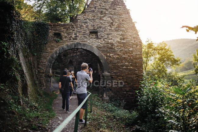 Touristes photographiant au lieu patrimonial — Photo de stock