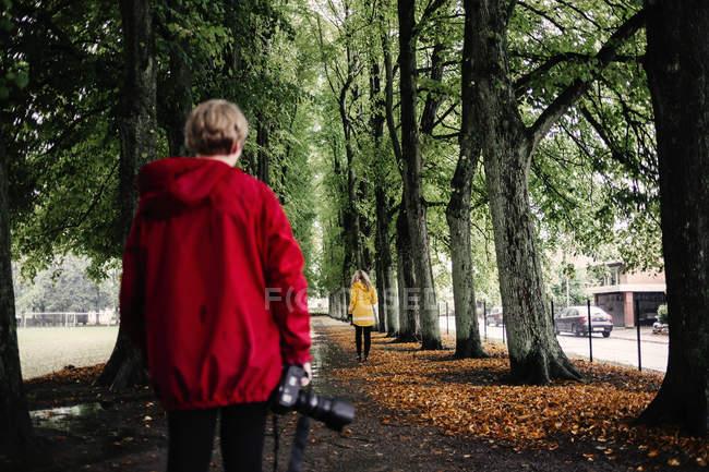 Mann und Frau auf Fußweg — Stockfoto
