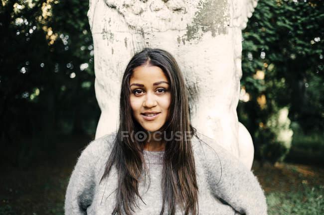 Mulher apoiada na árvore — Fotografia de Stock