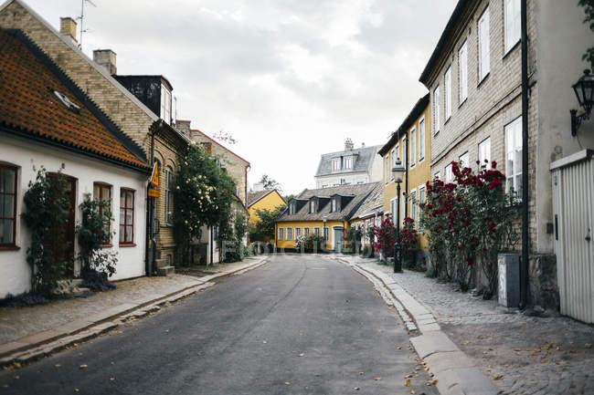 Rua vazia em meio a edifícios residenciais — Fotografia de Stock