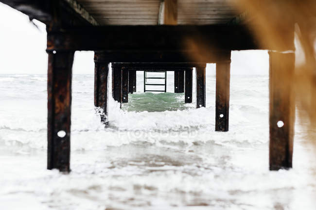 Vue sous le quai au-dessus de la mer — Photo de stock