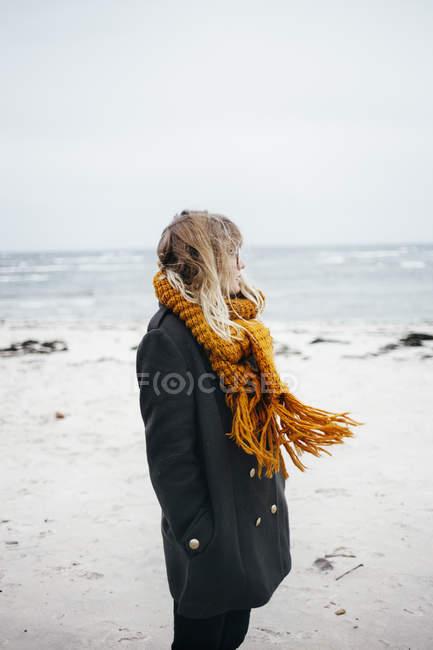 Donna che indossa sciarpa in spiaggia — Foto stock