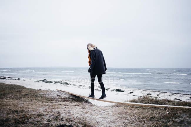 Young woman balancing — Stock Photo