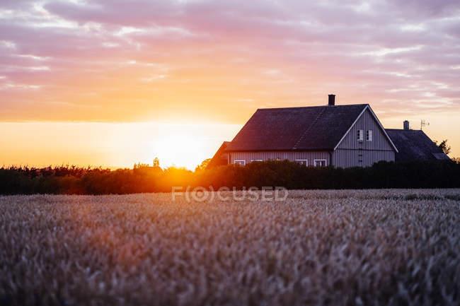 Casa no campo contra o céu nublado — Fotografia de Stock