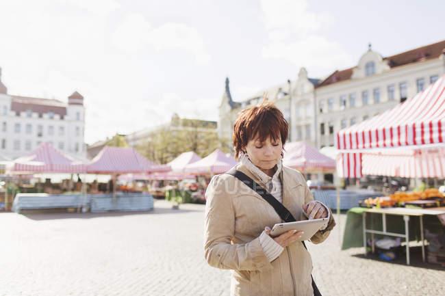 Mature woman using digital tablet — Stock Photo