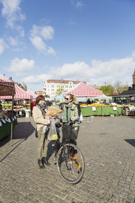 Літні жінки з велосипеда — стокове фото