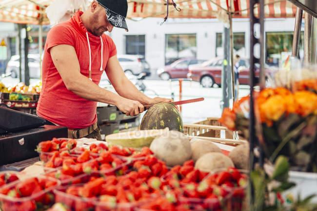 Venditore taglio anguria — Foto stock