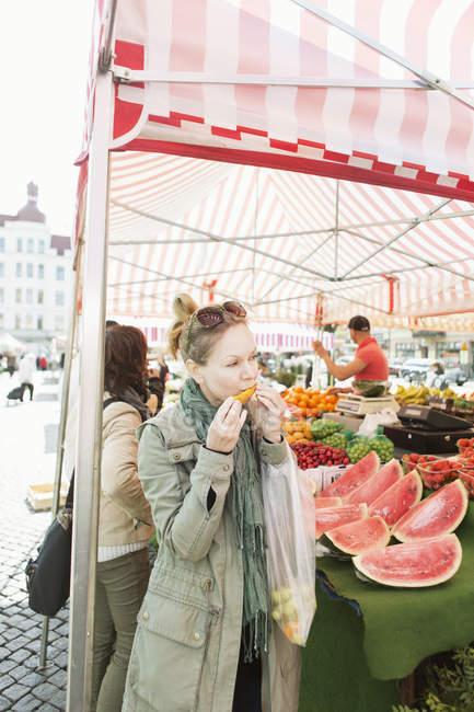 Mulher madura na banca de frutas — Fotografia de Stock