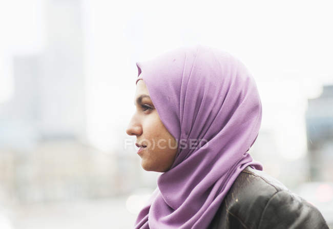 Thoughtful woman looking away — Stock Photo