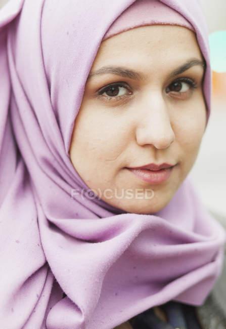 Mujer usando pañuelo para la cabeza al aire libre - foto de stock
