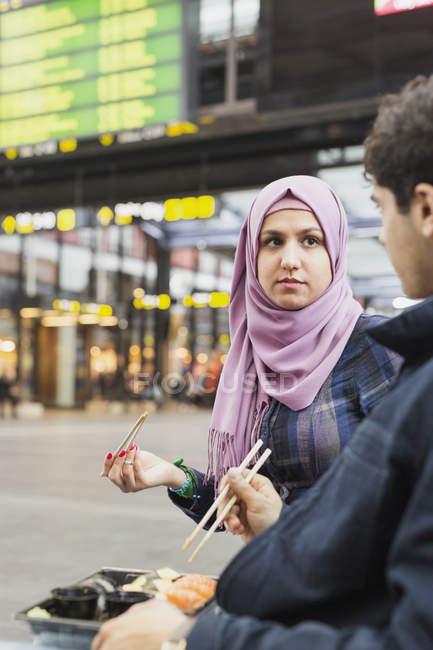 Mulher olhando para amigo masculino — Fotografia de Stock