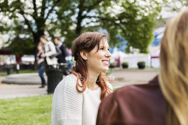 Junge lächelnde Frau — Stockfoto