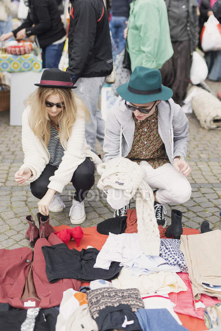 Man and woman at flea market — Stock Photo