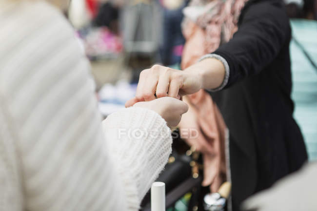 Seller giving something to woman — Stock Photo