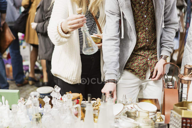 Man and woman buying crockery — Stock Photo