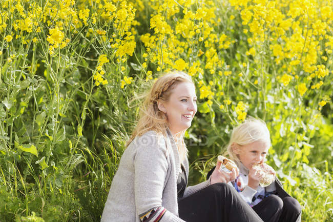 Woman having snacks with daughter — Stock Photo