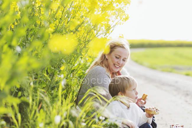 Femme heureuse regardant garçon — Photo de stock