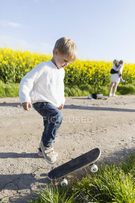 Boy preparing to skateboard — Stock Photo