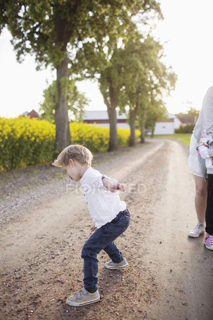 Chico de pie en la tierra - foto de stock