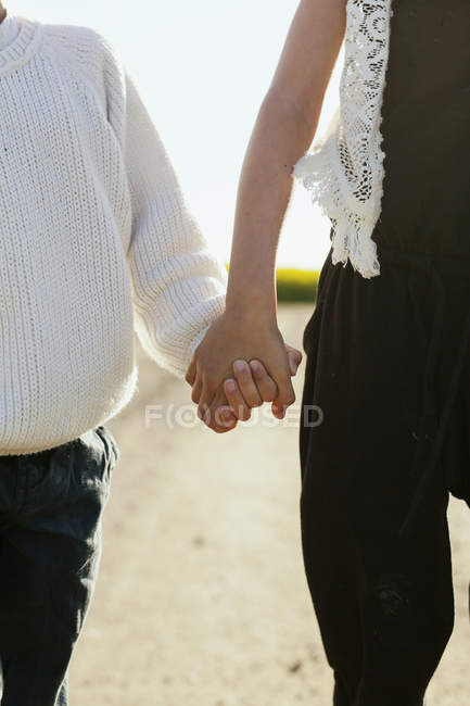 Siblings holding hands — Stock Photo