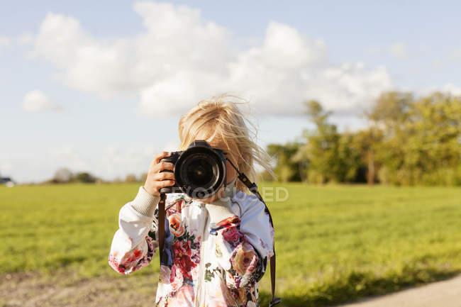 Девушка фотографирует через камеру — стоковое фото