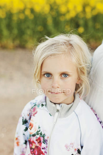 Linda chica con madre - foto de stock