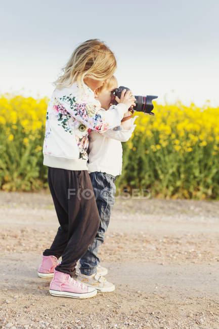 Девушка помогает брату — стоковое фото