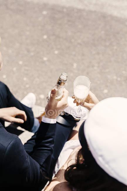 Друзі, проведення шампанське — стокове фото