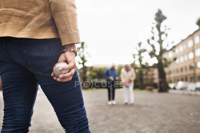 Femmes âgées jouant la boule — Photo de stock