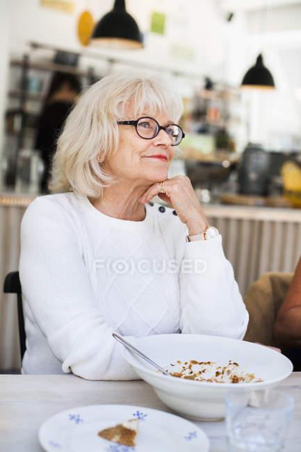 Femme âgée au restaurant — Photo de stock