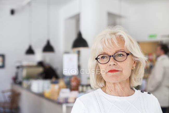 Sênior sorrindo no restaurante — Fotografia de Stock