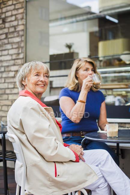 Senior women drinking coffee — Stock Photo