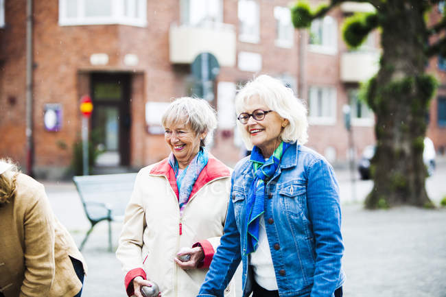 Senior women playing boule — Stock Photo