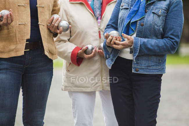 Senior women holding balls — Stock Photo